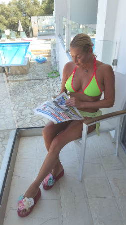 Анастасия Волочкова на отдыхе читает нашу газету